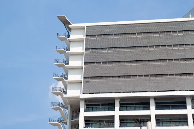 現代建築の青い空の階段を脱出する