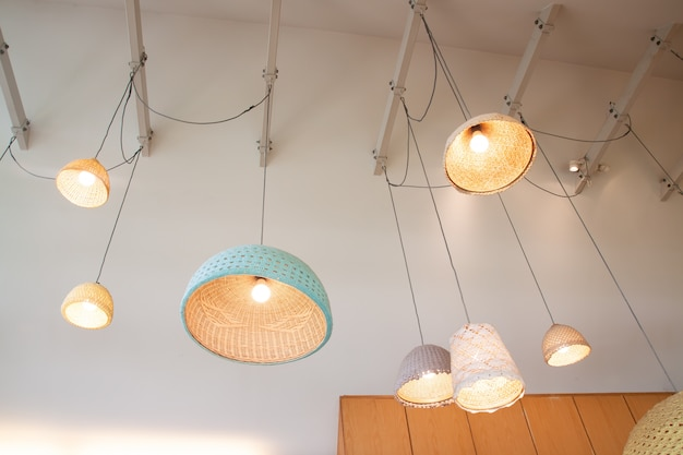 カフェで飾られた竹と手作りのかぎ針編みのデザインのハンギングランプ