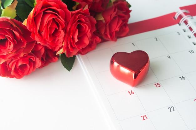 赤いバラ、バレンタインのコンセプトのカレンダーに赤い心を閉じます
