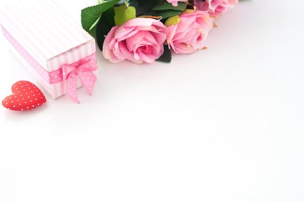 ピンクのバラ、ギフト用の箱、白い背景の上の心