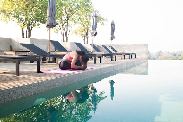 健康的なアジアの女性がヨガをやっています。健康と幸福