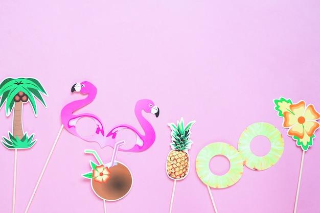 ピンク色の背景上の夏の概念の創造的なフラットレイアウト