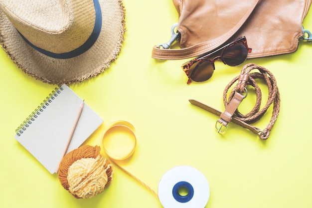黄色と茶色のガールズアクセサリーのオーバーヘッドビュー、春のファッションセット