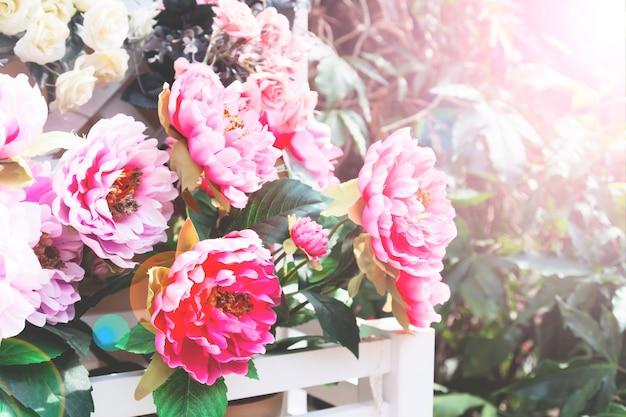 Удивительный вид природы цветущих розовых цветов в саду. красивые декорации красочных розовых цветов с зелеными листьями в солнечный летний или весенний день.
