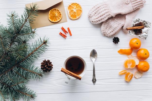 冬のインテリアと木製の背景に食べ物。