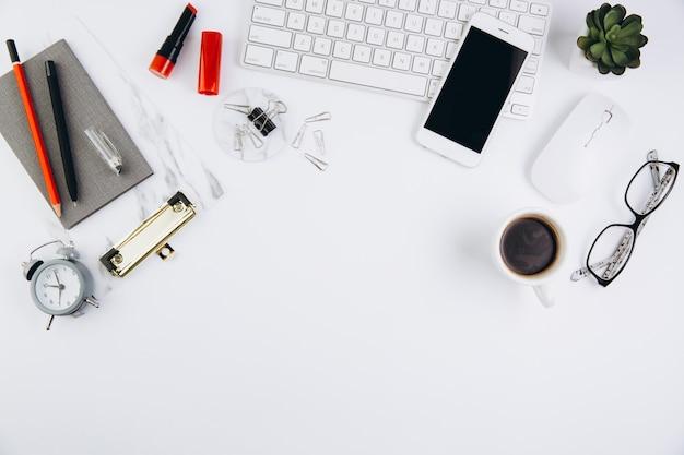 Женский рабочий стол с сочными, очки, клавиатура и ноутбук на белом