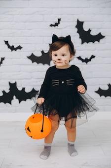 パンプキンバスケットと黒猫の衣装の少女
