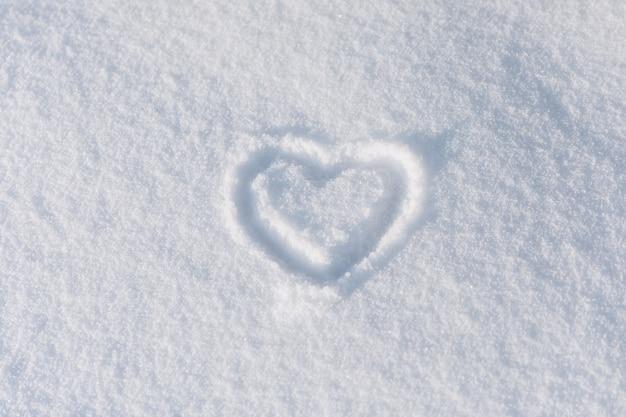 Зимнее сердце нарисованное на снегу