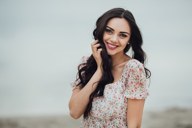 Брюнетка женщина носить цветочные платья
