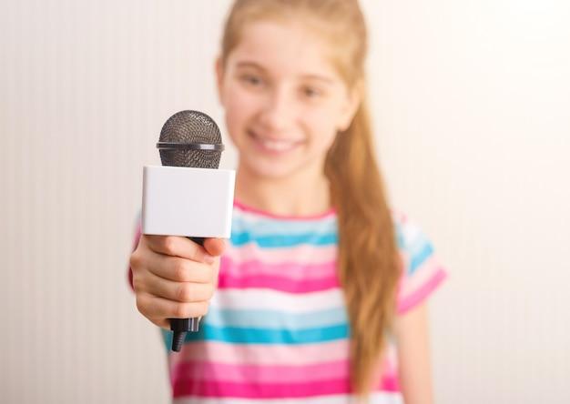 インタビューを受ける小さなジャーナリスト