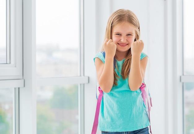 若い女子高生、拳を食いしばって、学校に満足
