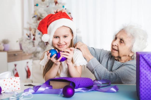 孫娘がおばあちゃんがボールを保持して座る