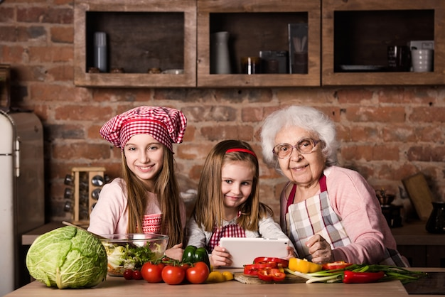 Внучка и бабушка с табличкой в поисках рецепта