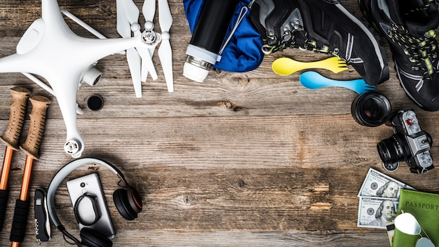 Объекты для приключенческого путешествия - квадрокоптер, треккинговый столб, трекинговая обувь
