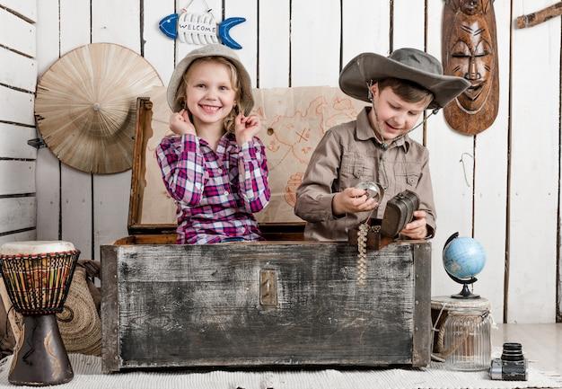 Маленький мальчик и девочка с украшениями