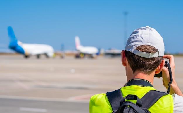 Человек фотографирует самолеты