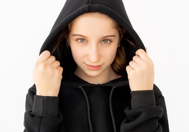 Милая девушка в черном капюшоне