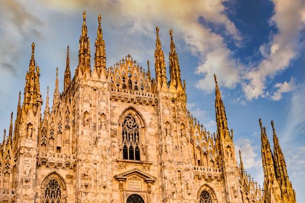 日当たりの良い光の中でミラノ大聖堂