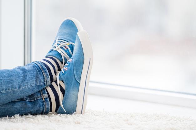 Ноги в синих кедах