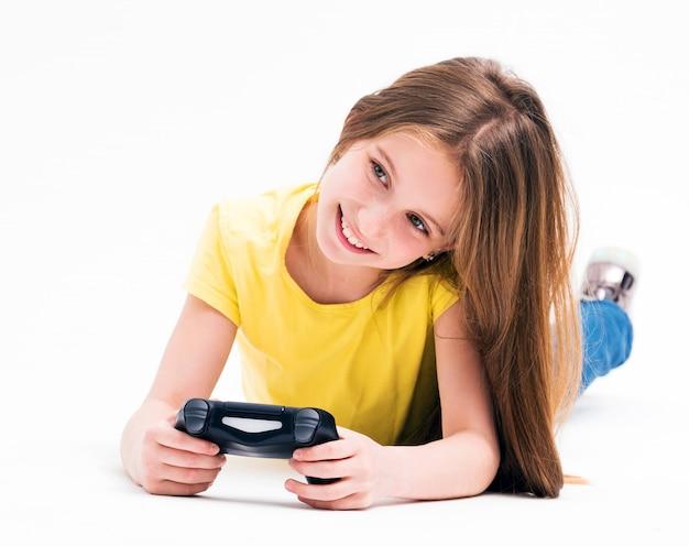 Девушка лежит на полу, играет на консоли