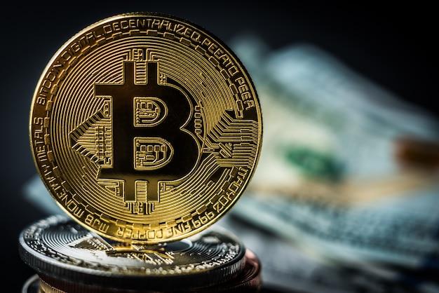 金属のコインの山の上の黄金のビットコイン