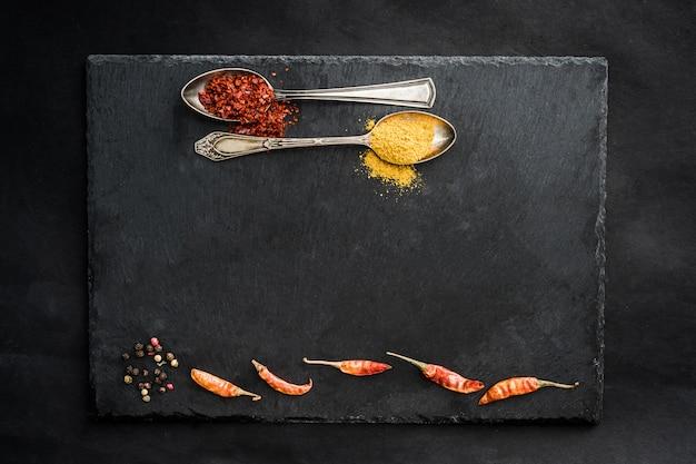 Черная грифельная доска со специями