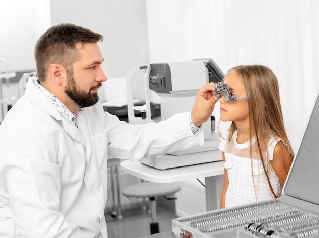 Доктор, держа глаз оборудование