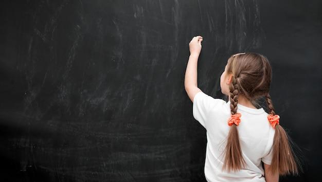 Маленькая девочка против доски