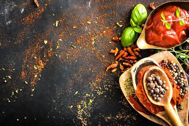 スパイスとトマトソースの木製スプーン