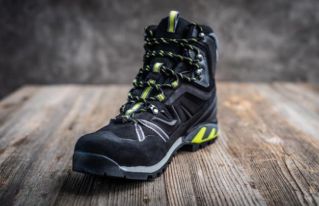 Черный походный ботинок