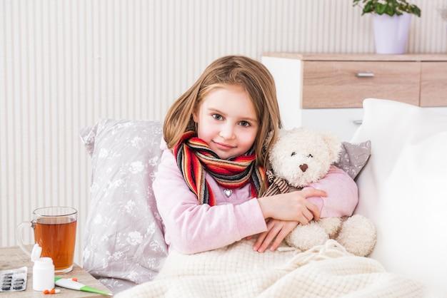 スカーフで病気の少女