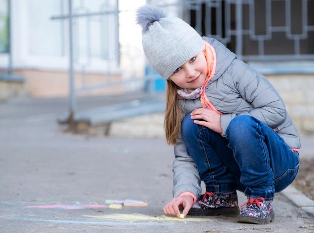 Маленькая девочка, рисование на асфальте