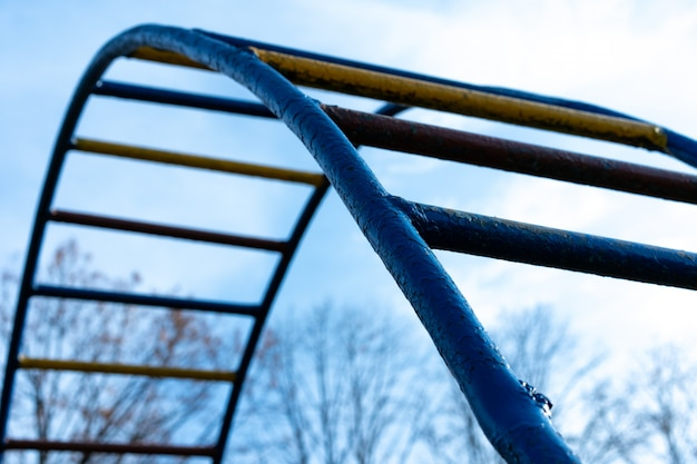 路上に設置された鉄製スポーツ用品の階段