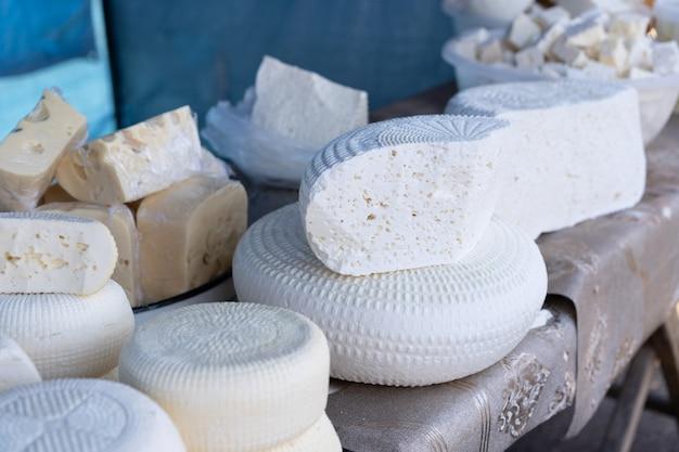 販売のためのカウンターの上のチーズ。