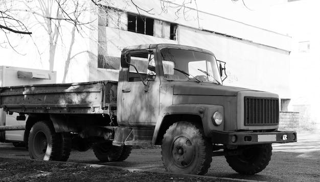 ソ連のトラックは道路の脇に立つ