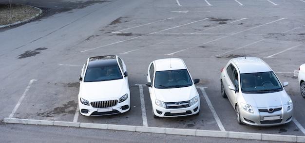 駐車場に駐車した車
