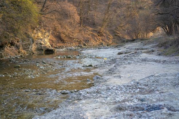 Ручей над камнями горной чистой реки