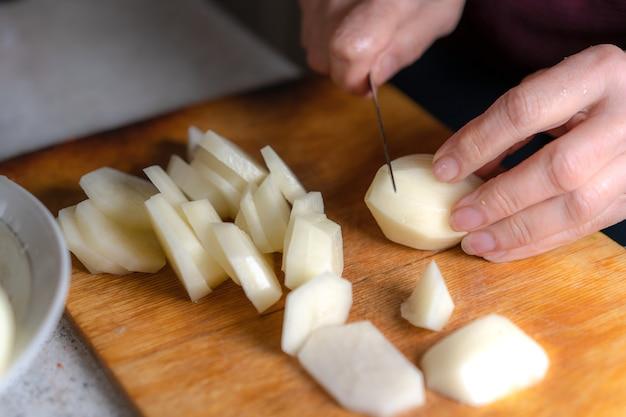 Резка картофеля на разделочной доске