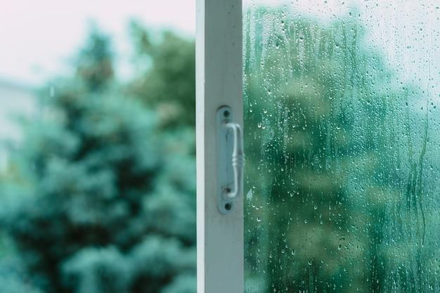 雨上がりのガラスで開いているウィンドウ