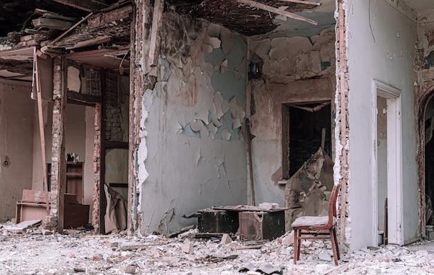 Разрушенные стены дома
