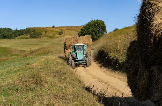 車による干し草の輸送