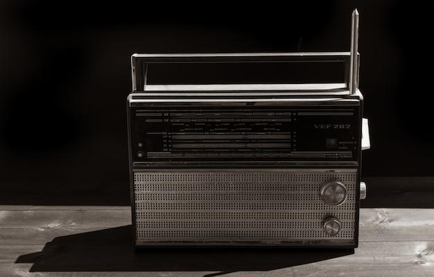 黒の古いラジオ