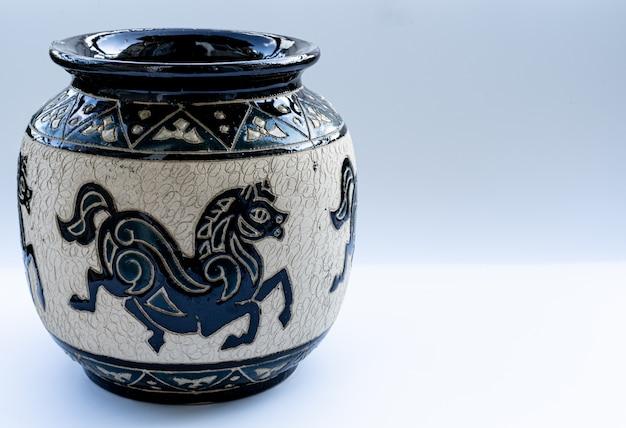 Глиняная ваза на белом фоне