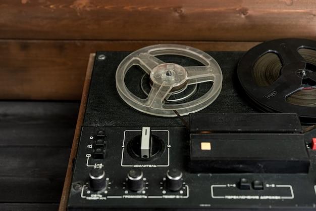 木製の背景にカセットカセットレコーダー