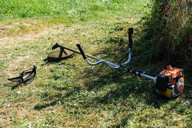 Ручная газонокосилка с защитной маской