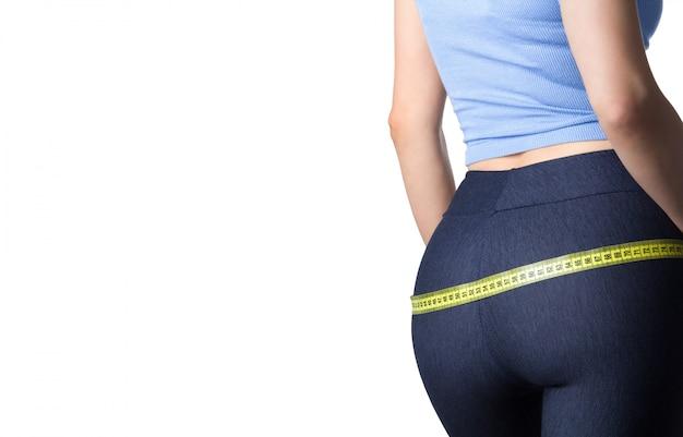 女性は彼女の腰を測定