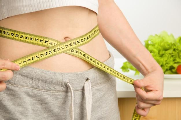 女性は彼女の体を測定