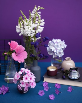 Натюрморт из множества цветов в разных вазах. открытка с пространством для текста, в стиле арт.