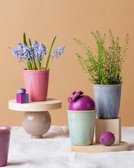 花、明るい果物、白いテーブルクロスにマグカップのあるモダンな静物。グリーティングカード。