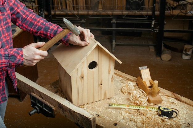 木製の巣箱を作る大工